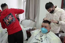 47秒|执勤民警一个多月没理发,聊城爱心理发师免费送手艺上门