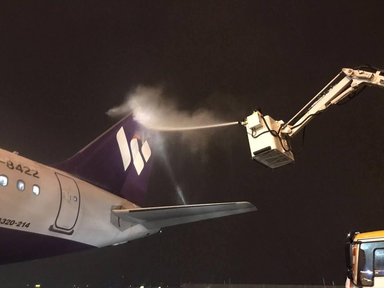 山东第11批医疗队出征 济南机场连夜除雪确保航班顺利出港