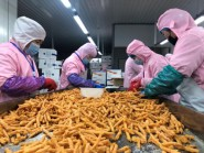 """潍坊寿光一企业紧急赶制1300箱爱心食品 全部捐往战""""疫""""一线"""