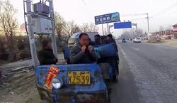 32秒|心真大!聊城一报废农用三轮车挤了9名大汉,驾驶员还是无证