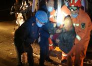 38秒丨潍坊:面包车夜间追尾拖拉机 被困驾驶员被成功救出