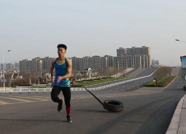 51秒丨滨州一高三体育生大街上拖轮胎跑步备战高考成网红
