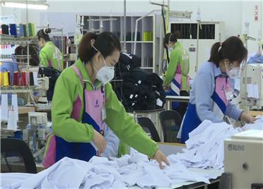 """57秒丨潍坊:公益性岗位送上门 """"家门口就业""""帮助贫困户脱贫"""
