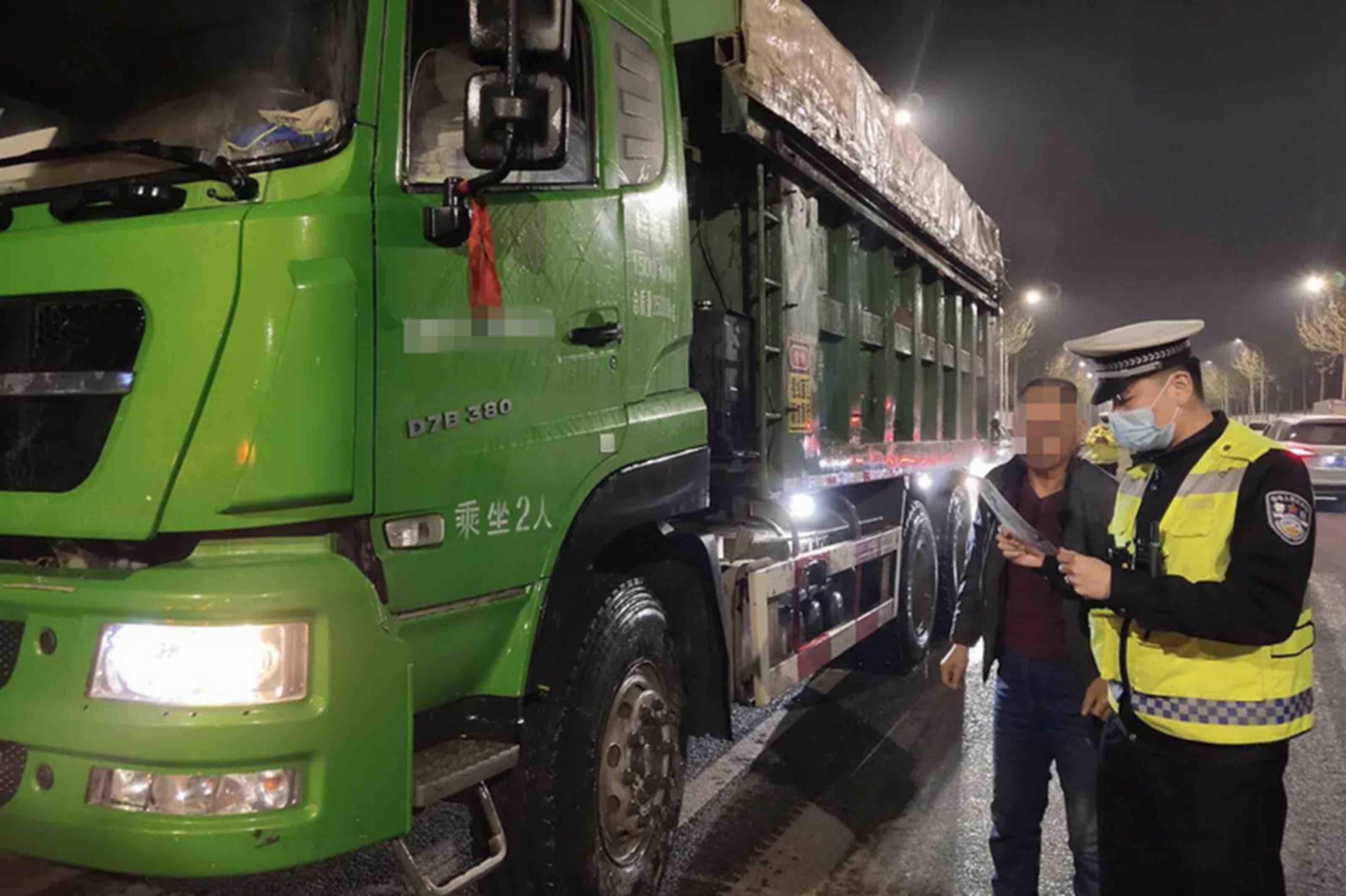 查扣超限超载货车113辆 淄博张店交警持续开展移动污染源整治工作