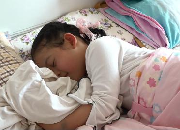 52秒丨5岁女儿迎接英雄妈妈回家:妈妈不在家的时候,每晚抱着妈妈的睡衣睡觉
