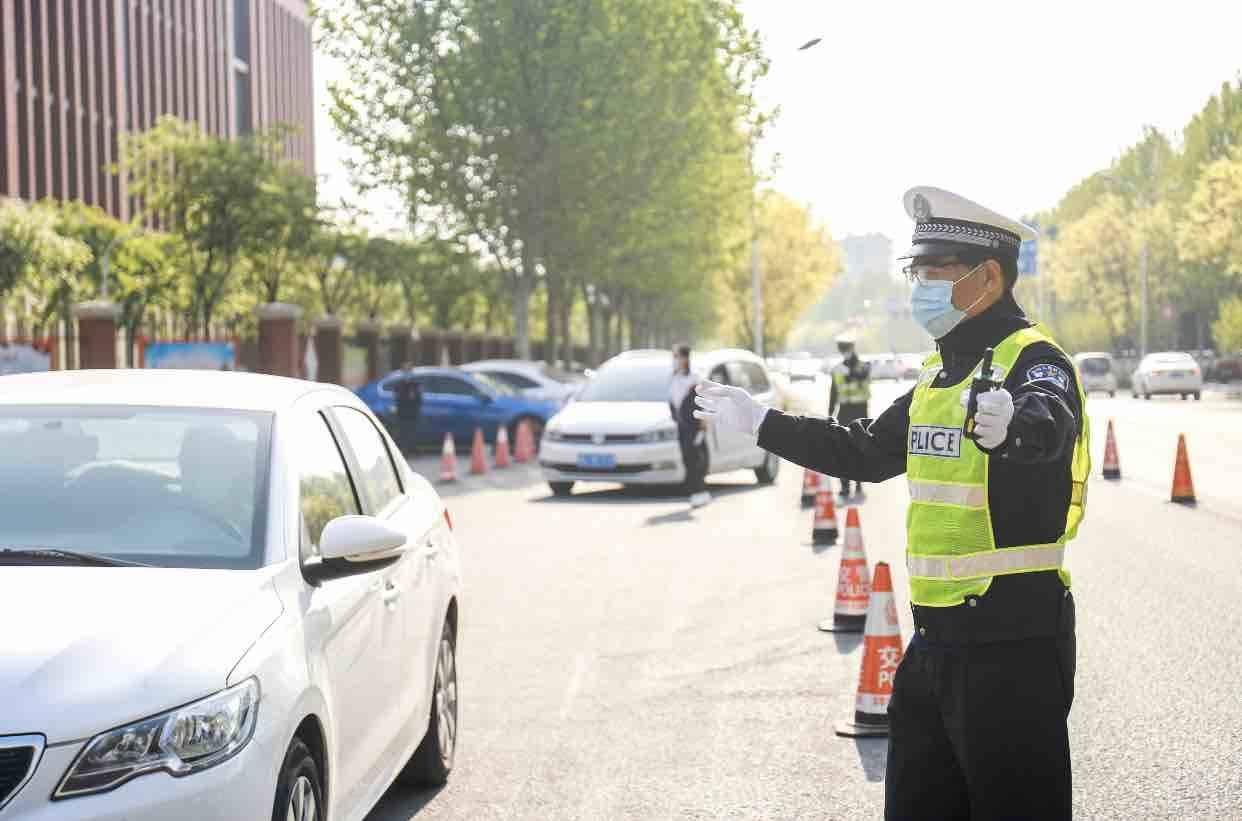 开学第一天 淄博交警这样为返校学生保驾护航