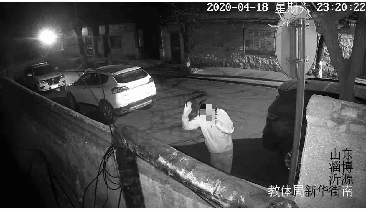 嚣张!淄博一小偷盗窃前对着监控挥手挑衅 两天后被警方抓获