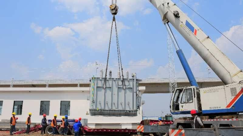 潍莱高铁全线首台牵引变压器安装就位 年底通车又近一步