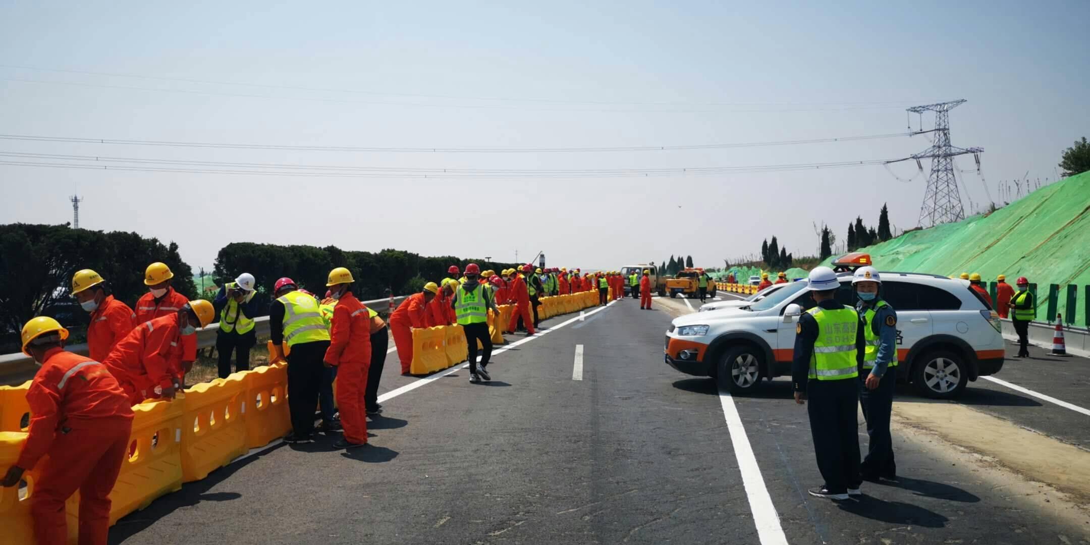 齐鲁网·海报新闻:五一假期正常通行,京台高速改扩建项目泰安到枣庄段完成首次集中施工转序