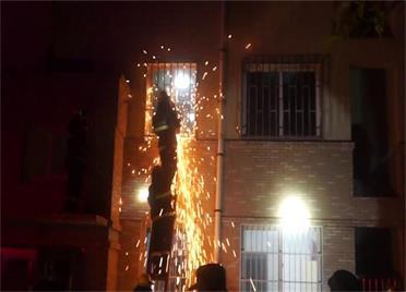 威海一独居老人突发疾病晕倒家中 消防员爬楼撬窗紧急救人