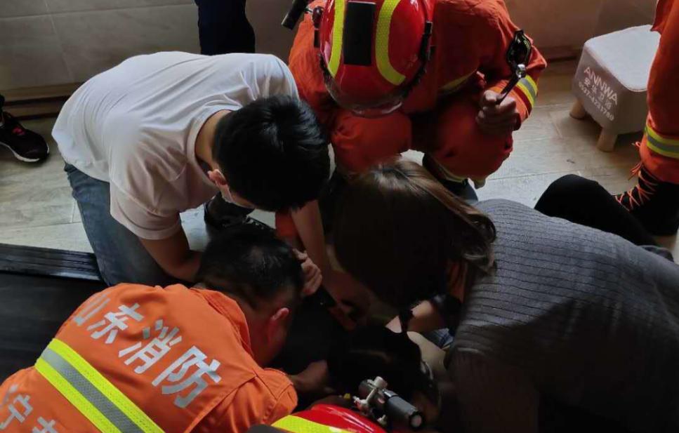 女孩胳膊被跑步机卡住 济宁泗水县这位网格员迅速救助