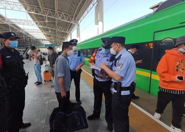 """73秒 动车上抽烟触发报警器导致降速,这名男子上了铁路""""黑名单"""""""