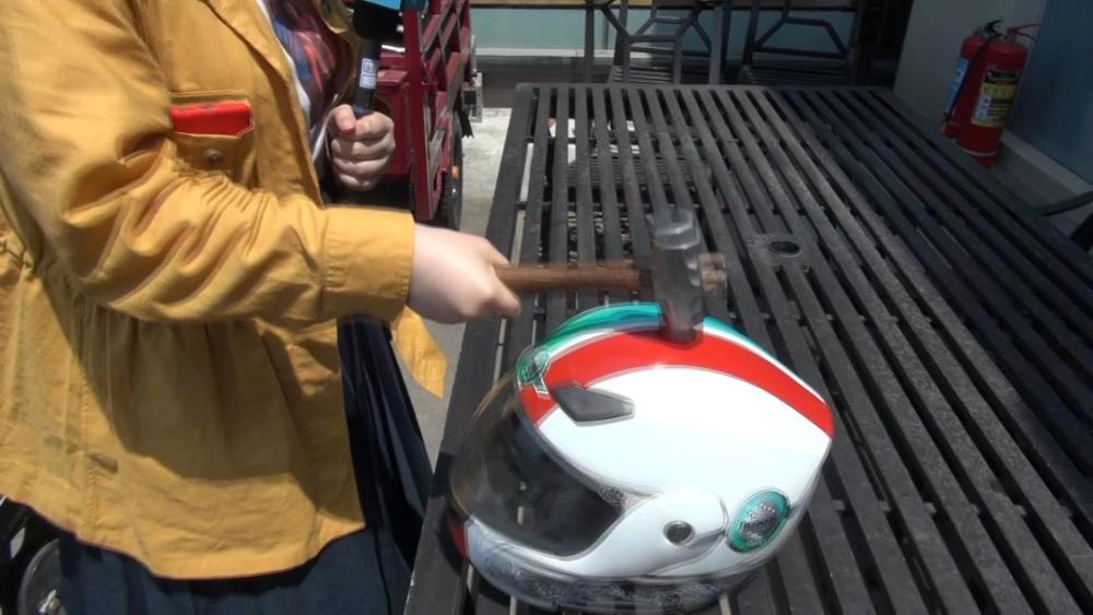 """头""""顶""""大事丨记者实测:当400多元的亚克力头盔遇上3斤多的铁锤"""