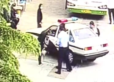 33秒丨事发威海!公交站点为何一男子突然向警察鞠躬?背后故事暖心