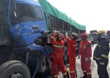 37秒|两半挂车追尾后车驾驶员被困,聊城消防破拆救援