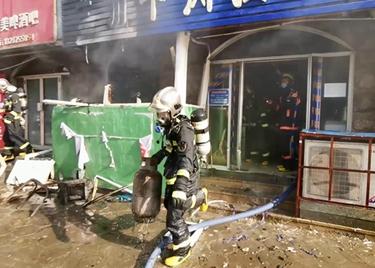 52秒|聊城一拉面馆厨房突发火情 消防员徒手关阀门拎出煤气罐