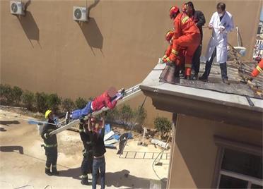 防水工人不慎跌落屋顶平台  威海消防紧急营救