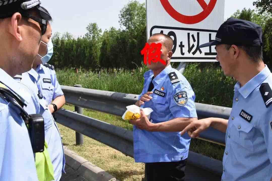 """41秒丨""""警察""""穿衣不系扣?!东营缉毒民警一查,竟是""""在逃犯"""""""