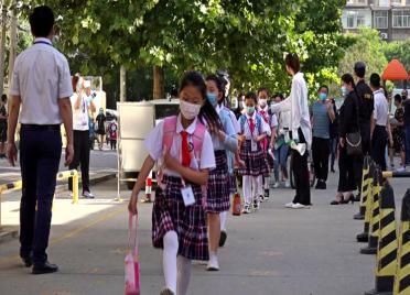 92秒丨牵挂背后都是爱!潍坊潍城区12282名一二年级小学生顺利开学