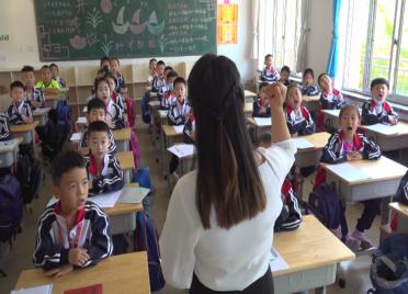 """105秒丨鼓励学生适应校园新环境 潍坊这位班主任在开学首日一口气送出五个""""赞"""""""