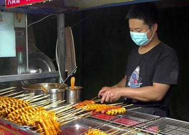 53秒|聊城冠县夜经济掀热潮,美食多多,烤面筋摊一天多挣500块钱