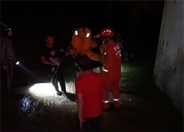 游客未注意周边情况不慎坠海 威海消防紧急救援