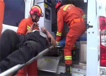 面包车与环卫车相撞 威海消防4分钟救出被困人员