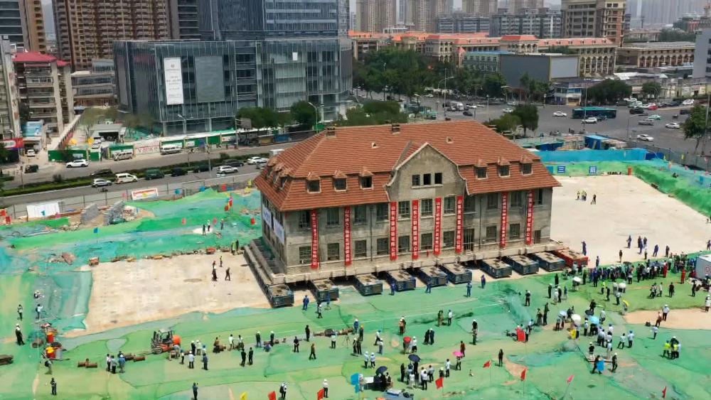 """41秒丨延时航拍直击百年老建筑的""""飞屋环游记"""""""