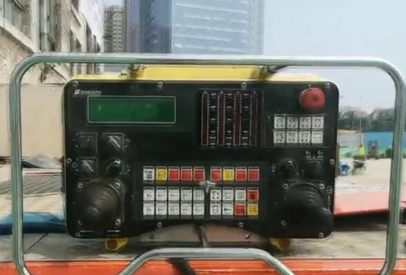 "Vlog丨一台遥控器控制10辆平板车,记者带你揭秘济南百年老建筑平移""操作手"""