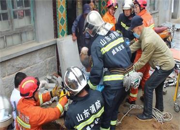 村民脚被石板压住 威海消防紧急救援