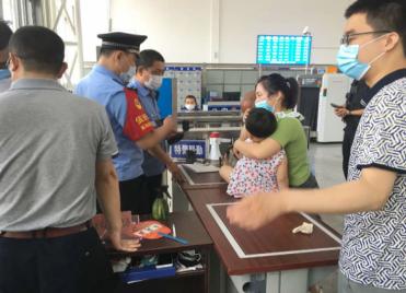 39秒丨潍坊昌乐一女童火车站候车室内晕厥 多部门合力施救送医