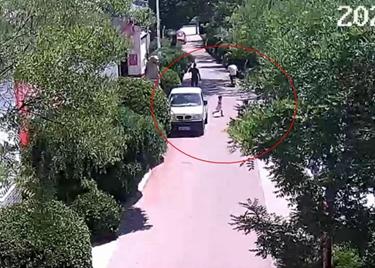 46秒|违停车挡视线,3岁娃娃横穿马路被电动车撞翻,事故这样定责!