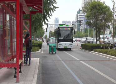 49秒丨新变化!潍坊北海路25处新建候车亭正式启用 公交车改从辅道行驶
