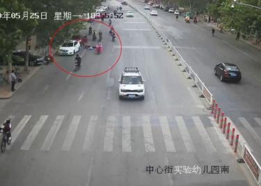 83秒|监控还原!禁停路段开车门撞翻电动车,驾驶人颅脑损伤昏迷不醒