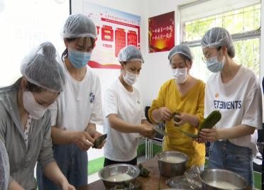 51秒丨1小时包了100多个!潍坊奎文区开展包粽子活动迎接端午节