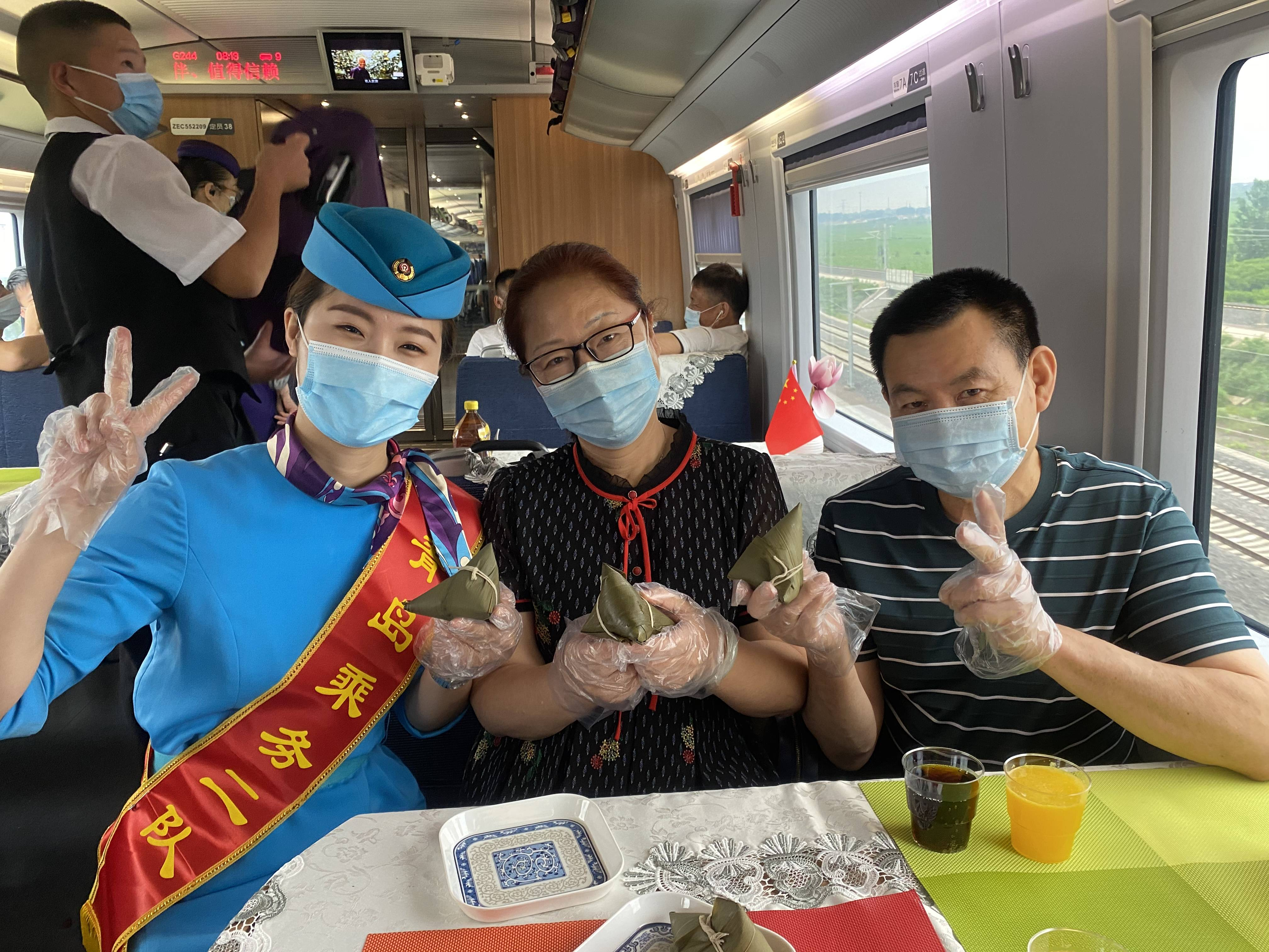 做香囊画龙舟吃粽子 旅客高铁上过端午