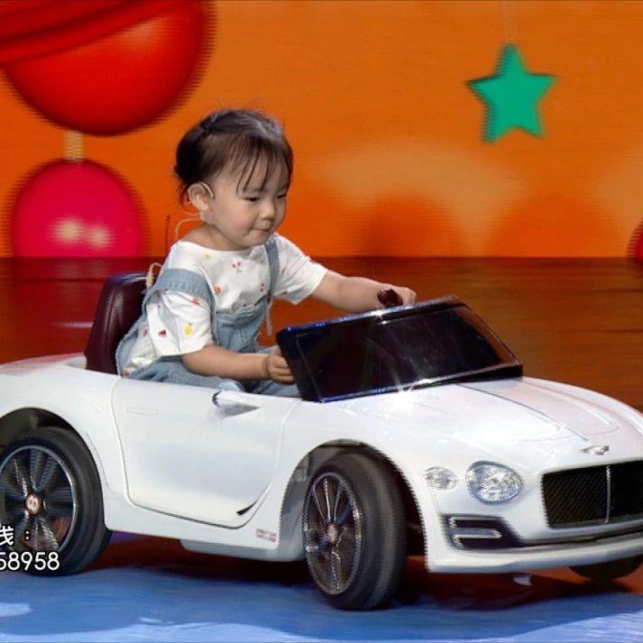 """太飒了!三岁半萌宝""""开车""""上节目,英语古诗样样精通"""
