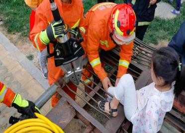 """小女孩腿被钢筋""""咬住"""" 威海消防员1分钟急速营救"""