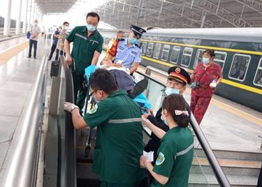 37秒|内蒙古一老人乘火车突发心脏病,聊城多部门施救,老人脱离危险