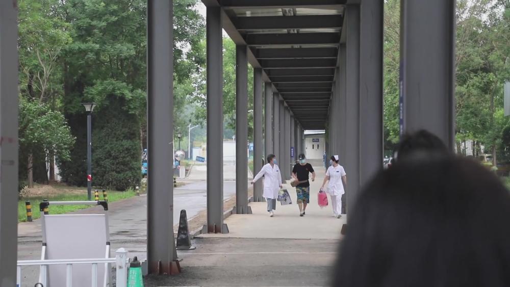 82秒|北京新发地相关疫情首例治愈患者出院,医院门口讲述感染过程