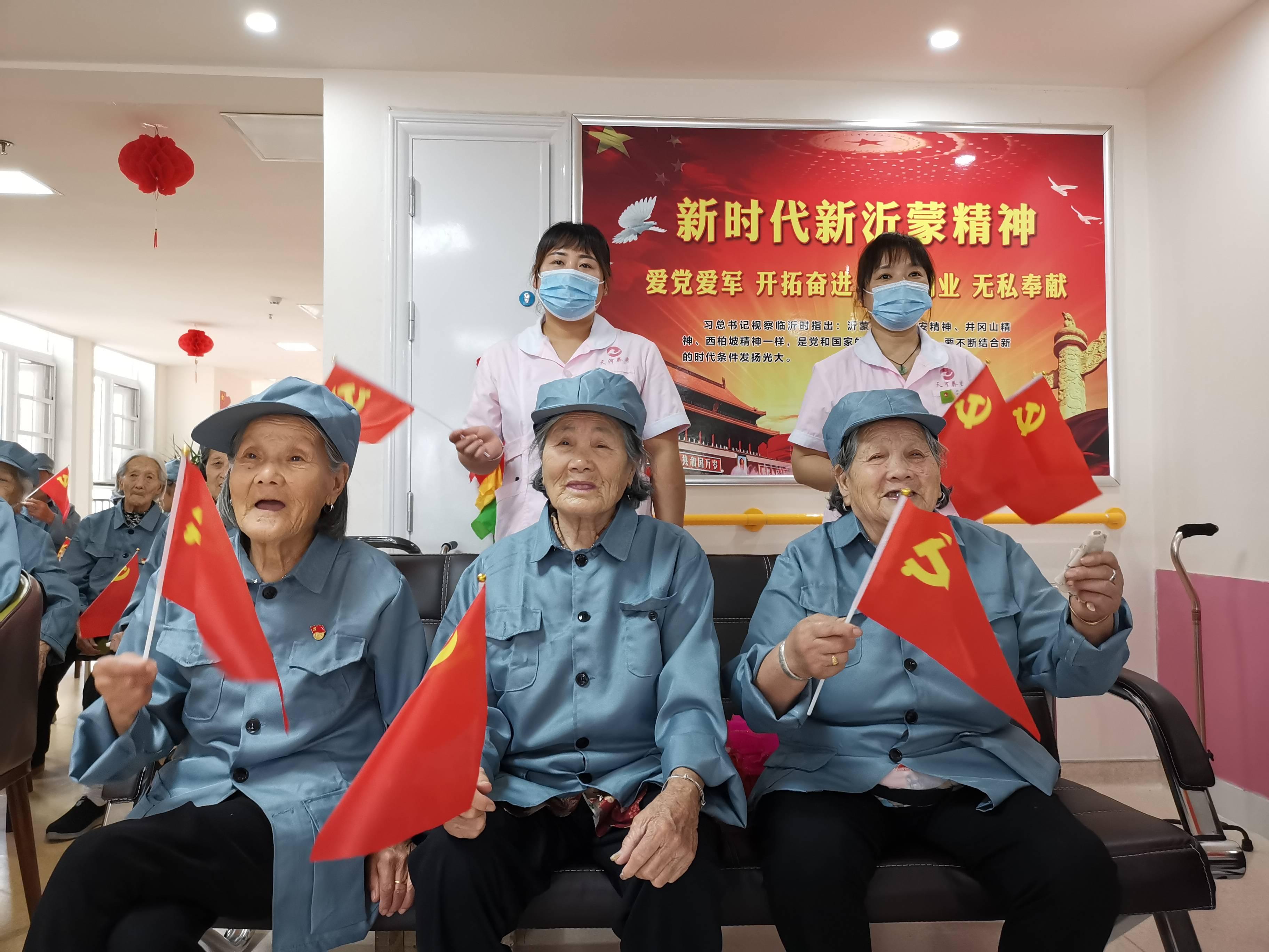 """山东临沂:建国前老党员同唱红歌《跟着共产党走》庆""""七一"""""""