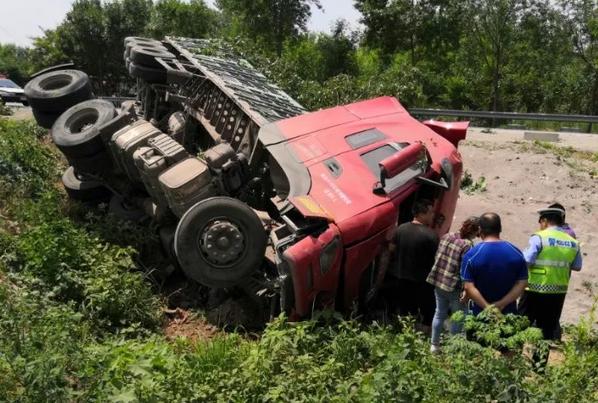 货车爆胎翻入沟内 滨州阳信警民携手救助被困司机