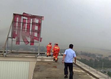 47秒|惊险一刻!一女子站到19楼天台边缘,消防、民警飞身救人化险为夷
