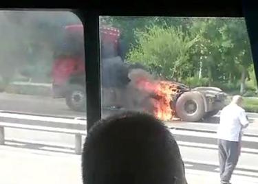 好样的!路遇卡车着火,聊城这位公交司机拎起灭火器冲上去...