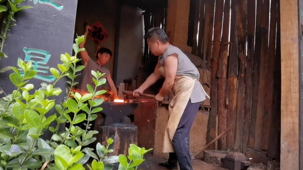 """69秒丨枣庄90后""""打铁""""20年 传承传统手工艺一年卖出60多万"""