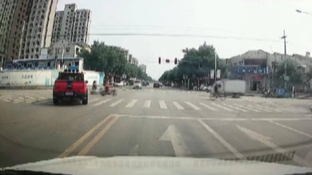 23秒   男子闯红灯逆行被拍 原因竟是着急带朋友上厕所