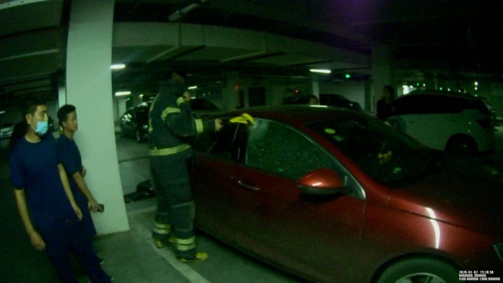 50秒|粗心妈妈误将1岁孩子反锁车内 消防破窗施救