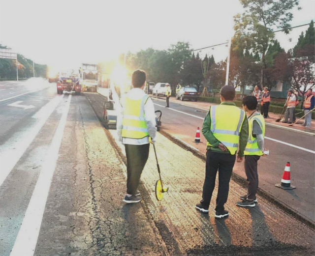 提升出行舒適度!威海高新區9條市政道路實施瀝青罩面工程