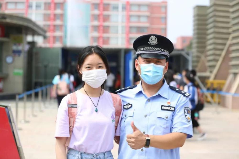 """滨州民警不一样的""""陪考"""":守护了整个考点的考生,却不能给孩子做一顿饭"""