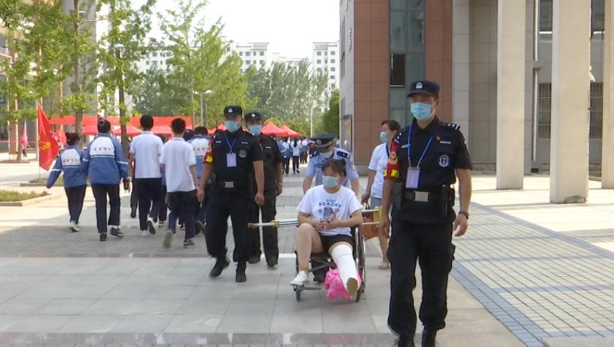 33秒|枣庄一考生因受伤坐轮椅考试,民警合力抬上三楼